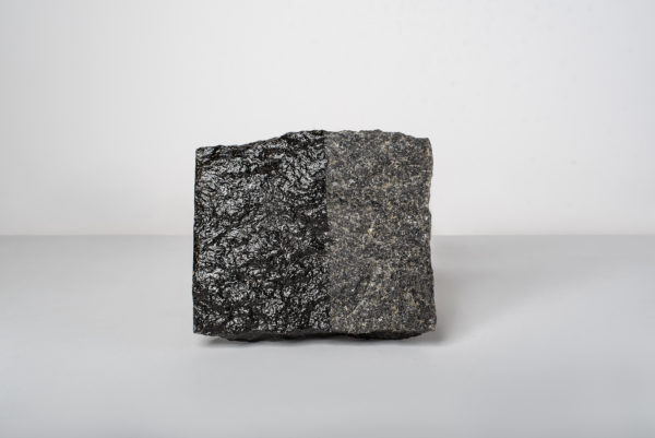 Lakas akmeniui, betonui ir tinkui iš natūralaus Baltijos gintaro